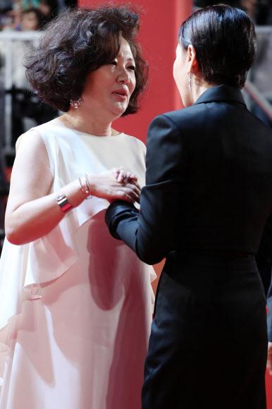 인사 나누는 김해숙-강수연