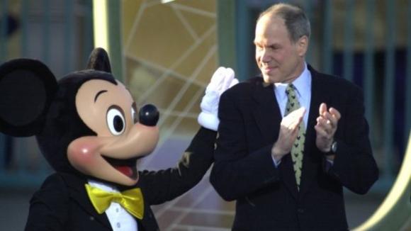 월트 디즈니를 이끌던 마이클 아이스너 회장 겸 최고경영자(CEO)를 미키마우스가 등을 토닥이고 있다.
