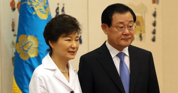박근혜 전 대통령과 이병기 대통령 비서실장  국회사진기자단