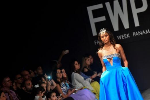 12일(현지시간) 파나마의 파나마시티에서 열린 파나마 패션위크에서 모델이 디자이너 마르시스카노의 컬렉션 의상을 선보이고 있다. AFP 연합뉴스