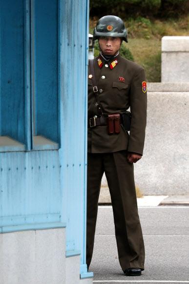 남쪽 바라보는 북한 경비병