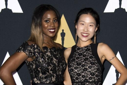 12일(현지시간) 미국 캘리포니아주 베벌리 힐스의 LA 사무엘 골드윈 극장에서 열린 '제44회 스튜던트 아카데미상(Students Academy Awards)' 시상식에 정지현(오른쪽)씨가 다큐멘터리 부문에서 수상했다.  AFP 연합뉴스