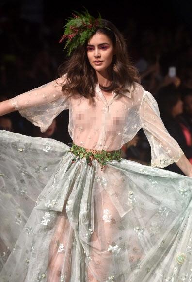 12일(현지시간) 파나마의 파나마시티에서 열린 파나마 패션위크에서 모델이 디자이너 리디아 모노타의 컬렉션 의상을 선보이고 있다. AFP 연합뉴스