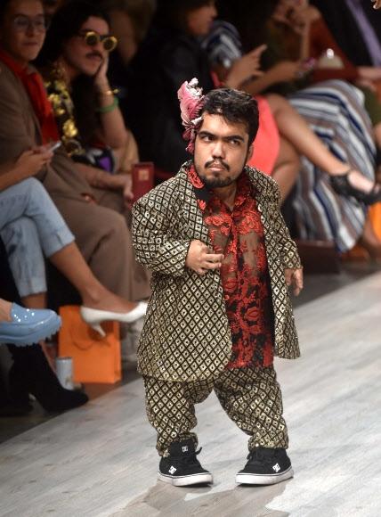 12일(현지시간) 파나마의 파나마시티에서 열린 파나마 패션위크에서 키가 작은 모델이 런웨이에 올라 디자이너 안나 프란체스카의 의상을 선보여 이목을 끌었다. AFP 연합뉴스