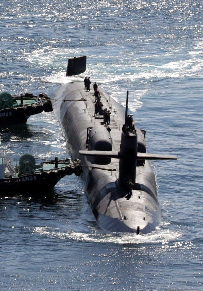'세계 최대 핵잠수함' 美 미시간호 부산 입항  미국의 핵 추진 잠수함 미시간(SSGN727)호가 13일 해군작전사령부 부산기지에 입항하고 있다. 세계 최대 규모의 잠수함인 미시간호는 길이 170.6m, 폭 12.8m, 배수량 1만 9000t으로 사거리 2000㎞가 넘는 토마호크 미사일 150여발을 장착하고 있다. 부산 연합뉴스