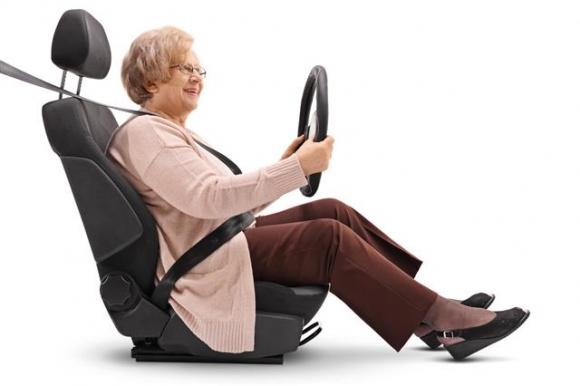 전 세계가 빠르게 고령화 사회로 진입하는 가운데, 고령 운전자의 운전 규제를 둘러싸고 찬반 양론이 팽팽히 맞서고 있다. 출처 123rf.com