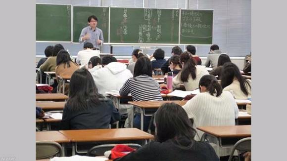 도쿄의 한 공무원 준비 학원의 수업 모습. 사기업들의 적극적 인재 영입 노력에 밀려 공무원 지망자가 줄면서 지자체들의 인재 확보에 비상이 걸렸다. NHK 캡처