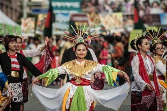 지난해 서울 용산구 이태원관광특구 일대에서 열린 이태원 지구촌축제에 참가한 외국인들이 전통 의상을 입고 퍼레이드를 하고 있다. 용산구 제공