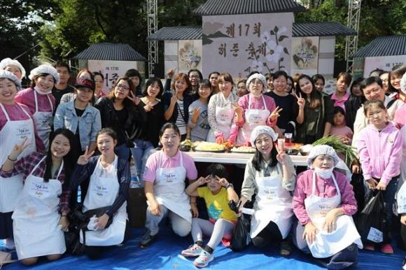 지난해 열린 허준 축제에서 한방 김치 담그기에 참가한 구민들이 기념촬영을 하고 있다. 강서구 제공