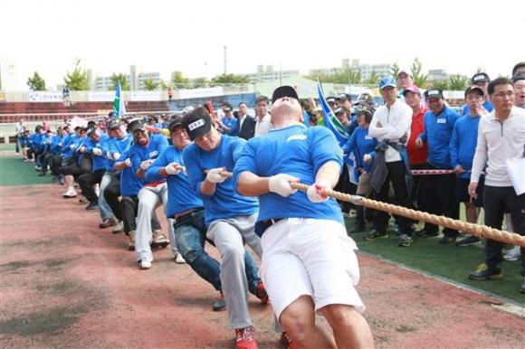 2015년 강북구민운동장에서 열린 한마음체육대회에서 구민들이 줄다리기하고 있다. 강북구 제공
