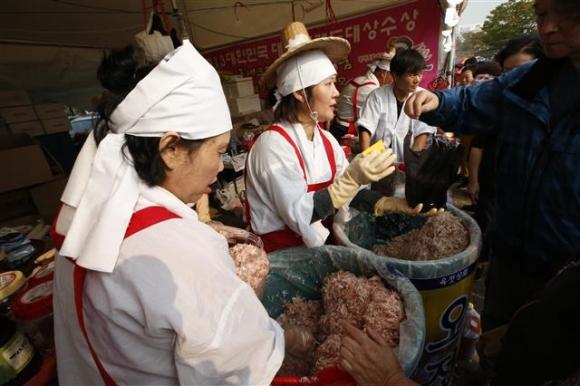 지난해 열린 마포나루 새우젓 축제에서 전통 옷차림을 한 지역 상인들이 새우젓을 팔고 있다. 마포구 제공