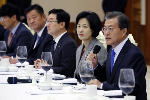 문재인 대통령이 13일 저녁 청와대 본관에서 더불어 민주당 지도부와 가진 만찬에서 모두 발언을 하고 있다. 청와대 제공