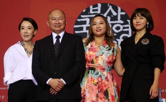 왼쪽부터 강수연 부산국제영화제 집행위원장,우위썬 감독, 안젤리스 우, 그리고 하지원. 연합뉴스