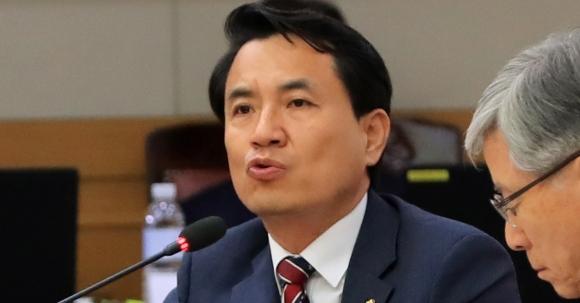 2017년 국회 국정감사에서 발언하는 자유한국당 김진태 의원.  연합뉴스