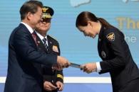 [서울포토] 문 대통령에게 명예경찰관 위촉장 받는 배…