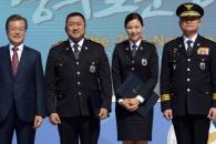 [서울포토] 문재인 대통령, '명예경찰관' 마동석-이…