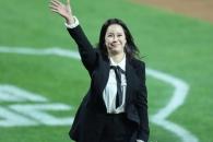 '두산 기아' 한국시리즈 시구 문재인 대통령-애국가는 백지영 '환한 미소'