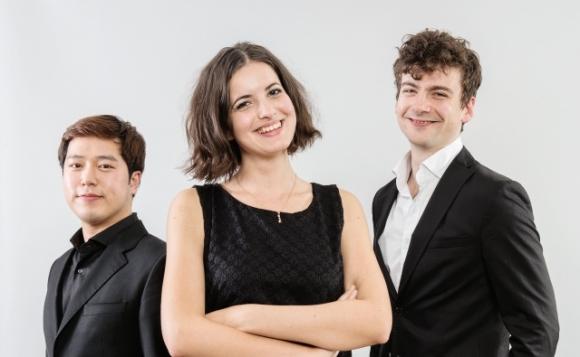 제11회 리스트 국제 피아노 콩쿠르 입상자. 왼쪽부터 2위 홍민수, 3위 디나 이바노바, 1위 알렉산더 울먼. 출처 리스트 콩쿠르 홈페이지
