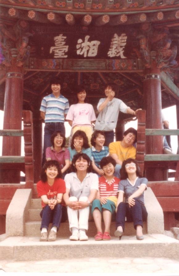 대학 시절 수학여행 사진. 앞줄 왼쪽에서 두번째가 유재하다. 한양대박물관 제공