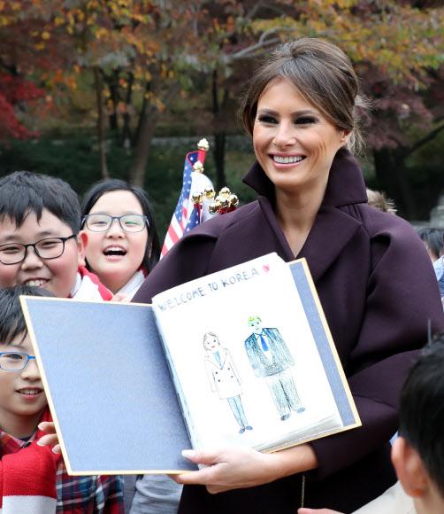 트럼프 대통령 내외 그린 그림 선물 받은 멜라니아