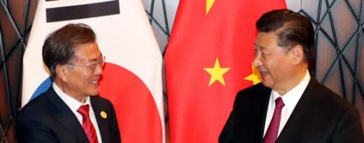 한-중 정상, '다시 만나 반갑습니다' 문재인 대통령과 시진핑 중국 국가주석이 11일 오후(현지시간) 아시아태평양경제협력체(APEC) 정상회의가 열리고 있는 베트남 다낭의 크라운플라자 호텔에서 정상회담에 앞서 악수하며 반갑게 웃고 있다. 2017.11.11