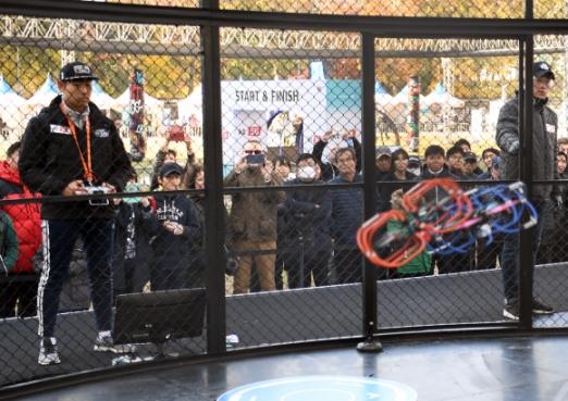 11일 서울광장에서 열린 '2017 드론 인 서울'에서 보호장비로 무장한 드론 2대가 서로 부딪치며 힘겨루기를 하는 가운데 참가자들이 대형 그물막 밖에서 드론을 조종하고 있다. 이호정 전문기자 hojeong@seoul.co.kr