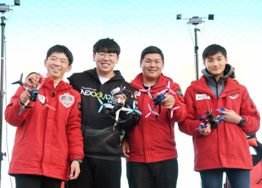 드론 레이싱 수상식에서 강창현(왼쪽부터·1위), 손영록(3위), 오카(4위), 김민찬(2위) 선수가 드론을 들고 웃으며 기념촬영을 하고 있다.