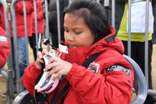 태국에서 온 최연소 참가자인 완라야 완나퐁 밀크(10)양이 예선전을 앞두고 장비를 점검하고 있다.
