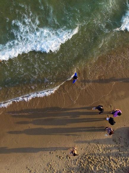 부산 해운대구 해운대해수욕장에서 해변을 거니는 시민들의 모습이 노을에 가려 한 폭의 수묵화를 그리고 있다. 백사장 길이 1.8㎞, 너비 35~50m, 면적 7만 2000㎡인 해운대는 2017년 한 해에만 700만명이 다녀간 대한민국의 대표 해변이다.