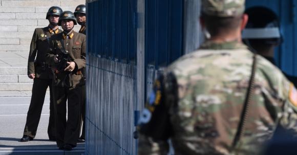 한미 국방장관이 경기도 파주 판문점 공동경비구역(JSA)에서 대북 메시지를 발표한 27일 오후 북한 병사들이 남측을 바라보고 있다. 2017.10.27  사진공동취재단