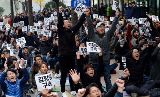 방송문화진흥회가 김장겸 MBC 사장의 해임을 결정한 13일 서울 영등포구 방송문화진흥회 앞에서 기다리고 있던 MBC 노조원들이 환호하고 있다. 박지환 기자 popocar@seoul.co.kr