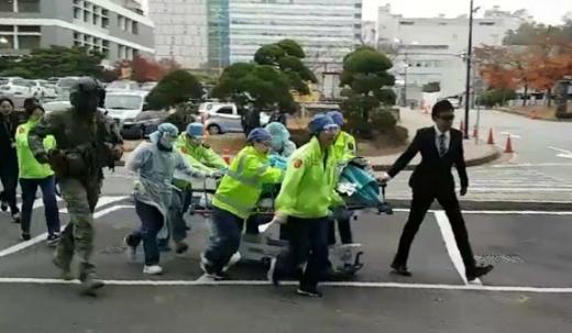 13일 오후 경기 수원 아주대병원 경기남부권역외상센터에 헬기로 이송된 북한 군 병사가 수술실로 옮겨지는 모습. 연합뉴스