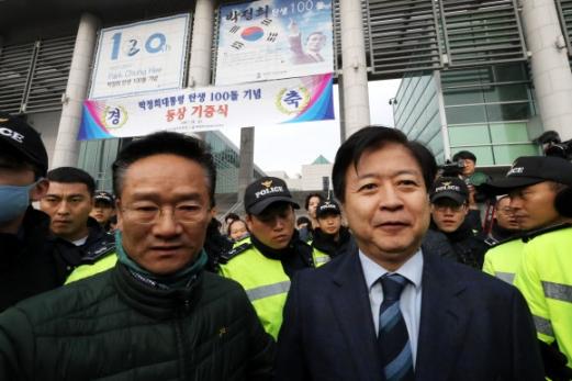 경찰 보호받는 노웅래 의원
