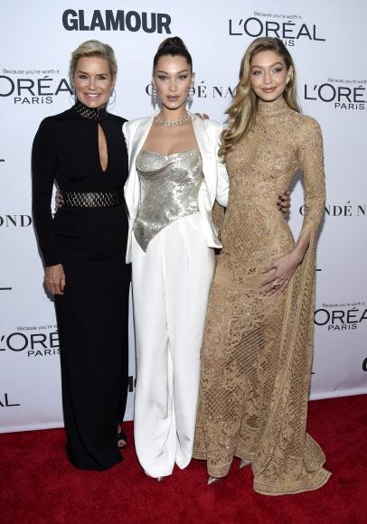 13일(현지시간) 미국 뉴욕의 킹스 극장에서 열린 '2017 올해의 글래머 우먼 시상식(2017 Glamour Women of the Year Awards)'에 모델 겸 방송인 욜란다 하디드(왼쪽)가 모델로 활동 중인 두 딸 벨라 하디드(가운데), 지지 하디드(오른쪽)와 함께 참석했다. AP 연합뉴스