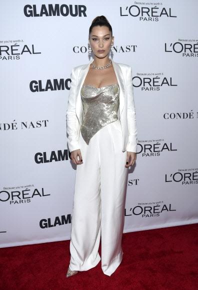 모델 벨라 하디드가 13일(현지시간) 미국 뉴욕의 킹스 극장에서 열린 '2017 올해의 글래머 우먼 시상식(2017 Glamour Women of the Year Awards)'에 참석했다. AP 연합뉴스