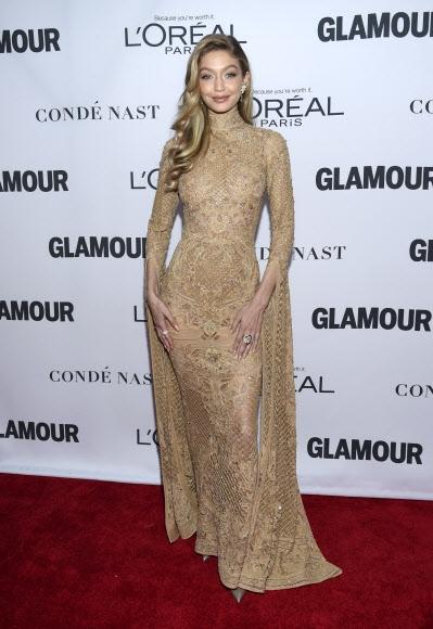 모델 지지 하디드가 13일(현지시간) 미국 뉴욕의 킹스 극장에서 열린 '2017 올해의 글래머 우먼 시상식(2017 Glamour Women of the Year Awards)'에 참석했다. AP 연합뉴스