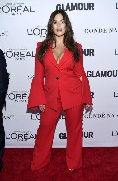플러스사이즈 모델 애슐리 그레이엄이 13일(현지시간) 미국 뉴욕의 킹스 극장에서 열린 '2017 올해의 글래머 우먼 시상식(2017 Glamour Women of the Year Awards)'에 참석했다. AP 연합뉴스