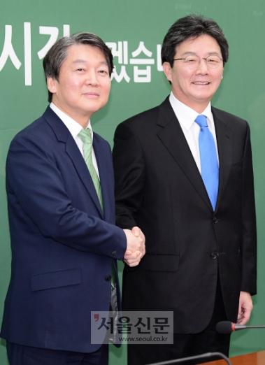 바른정당 유승민(오른쪽) 대표가 14일 취임 인사차 국민의당 안철수 대표를 찾아 악수하고 있다. 두 대표는 첫 만남에서 양당 간 협력 의지를 다지며 연대·통합 가능성을 타진했다. 이종원 선임기자 jongwon@seoul.co.kr