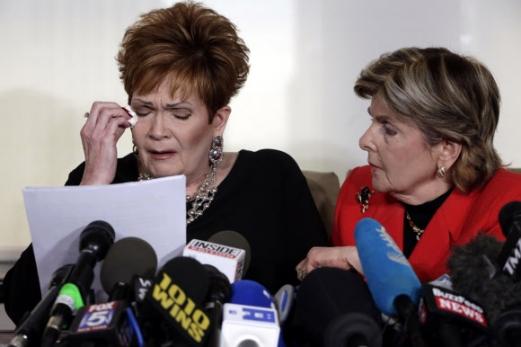 """""""美 공화당 상원의원 후보 무어에 성추행당했다"""" 5번째 피해자 폭로  미국 앨라배마주 연방 상원의원 보궐선거에 출마한 공화당 로이 무어 후보의 5번째 성추행 피해자를 자처한 베벌리 영 넬슨(왼쪽)이 13일(현지시간) 뉴욕에서 담당 변호사와 함께 기자회견에 나와 1970년대 무어로부터 성추행을 당했다고 폭로하면서 흐느끼고 있다. 넬슨은 이날 """"1970년대 말 앨라배마주 북부 레스토랑에서 종업원으로 일할 때 당시 에토와카운티 검사로 일하던 무어가 정기적으로 레스토랑을 찾아 외모를 칭찬하거나 머리를 만지곤 했다""""며 """"어느 날 밤 10시쯤 무어가 일을 마친 나에게 집까지 태워 주겠다면서 어둡고 황량한 지역으로 차를 이끌어 성추행을 했다""""고 밝혔다. 무어 후보는 """"절대 사실이 아니며 심지어 해당 여성을 알지도 못한다""""며 """"완전한 마녀사냥""""이라고 반박했다. 그러나 매코널 공화당 상원 원내대표 등은 """"이 여성을 믿는다. 무어는 후보에서 사퇴해야 한다""""고 밝혔다. 뉴욕 AP 연합뉴스"""