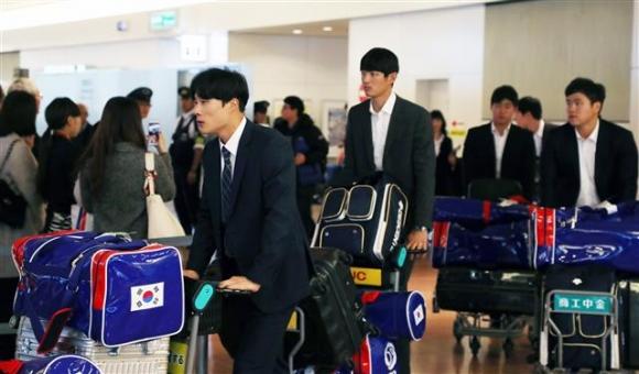 16일 일본에서 막을 올리는 아시아프로야구챔피언십에 출전하는 한국 대표팀 선수들이 14일 도쿄 하네다공항 입국장을 나오고 있다. 도쿄 뉴스1