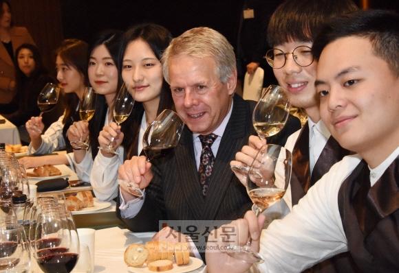 와인 테이스팅 이렇게… 홈플러스가 14일 서울 여의도 콘래드 호텔에서 개최한 와인 테이스팅 행사에서 영국 와인전문셀러 '베리 브러더스앤드러드'의 디렉터 마크 파르도(오른쪽 세 번째)가 소믈리에(와인 추천가) 지망생들과 시음을 하고 있다. 최해국 선임기자 seaworld@seoul.co.kr