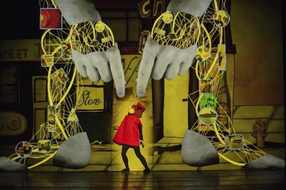 영국 극단 1927이 선보이는 연극 '골렘'의 배우들은 무대 장치와 소품을 대신하는 애니메이션 화면에 맞춰 연기한다. LG아트센터 제공