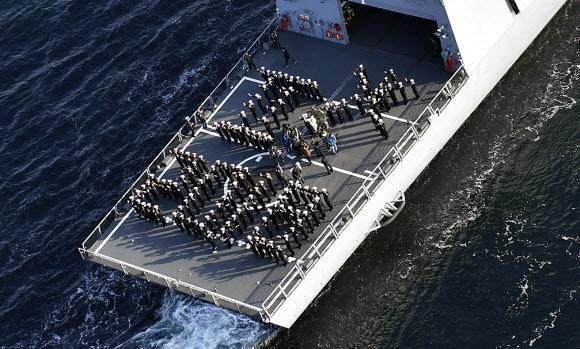 해상 성화 봉송… 주자는 아덴만 작전 주역  14일 경남 창원시 진해 앞바다의 문무대왕함 갑판에서 해군 장병 132명이 해상 성화 봉송을 자축하기 위해 '평창동계올림픽 2018'의 엠블럼을 'ㅍㅊ 2018'로 표현하고 있다.  창원 연합뉴스