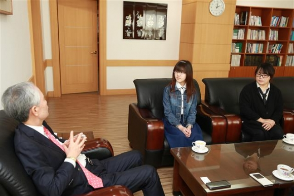 부구욱(왼쪽) 와이즈유 총장이 지난 9일 만 14세의 어린 나이로 수시에 합격한 이지영(가운데)양과 어머니 한정하씨를 양산캠퍼스로 초청해 합격을 축하하며 격려하고 있다. 와이즈유 제공