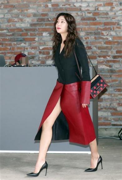 모델 이호정이 14일 오후 서울 성수동 한 스튜디오에서 열린 한 스페인 가죽 브랜드 포토행사에 참석하고 있다.  뉴스1