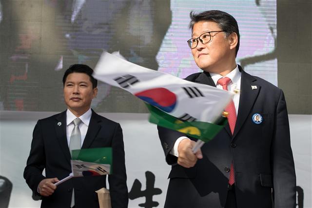 박정희 탄생 100주년, 태극기 흔드는 조원진-신동욱