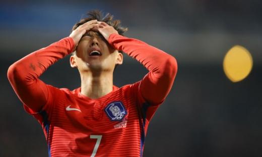 축구대표팀의 손흥민(토트넘)이 14일 울산문수경기장에서 열린 세르비아와의 평가전 후반 회심의 슛이 상대 골키퍼 선방에 막히자 아쉬움을 토해내고 있다. 그는 1-1로 맞선 후반 막판 네 차례 자신의 결정적인 슈팅이 상대 수문장 마르코 드미트로비치의 슈퍼세이브에 막혀 골맛을 보지 못했다. 울산 연합뉴스