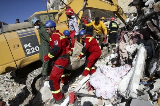 이란·이라크 강진…이재민 수만명 규모 7.3 강진이 발생한 이란 케르만샤 주에서 14일(현지시간) 구조대원들이 희생자 시신을 옮기고 있다. 2017-11-14 사진=AP 연합뉴스