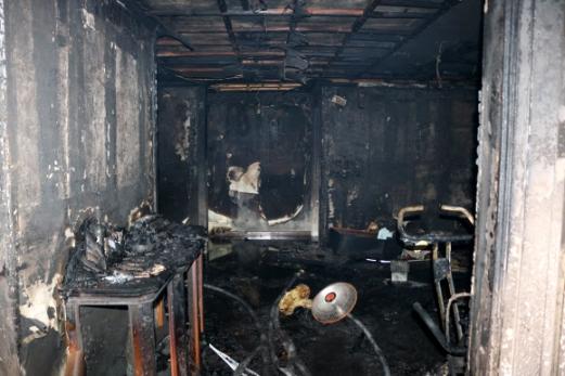 전기매트 발화 추정 화재로 일가족 4명 사상 14일 오전 경기 성남시 분당구의 15층짜리 아파트 5층에서 불이 나 집 안에 있던 이모(47·여)씨가 숨지고 남편(50)과 아들(20), 딸(18) 등 3명이 다쳐 병원으로 옮겨졌다. 사진은 불이 난 아파트 내부. 2017.11.14 [경기 분당소방서 제공]