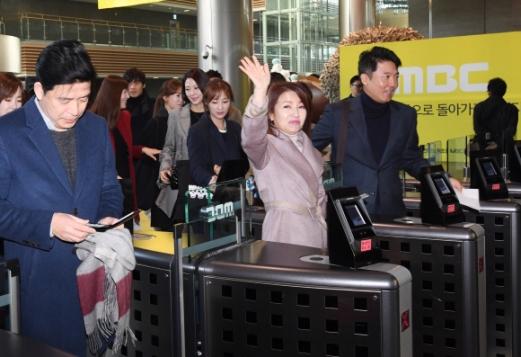 MBC 노조가 총파업을  잠정 중단한 가운데  15일 오전 아나운서들이 상암동에  밝은 모습으로  출근 하고 있다 2017.11.15최해국 선임기자seaworld@seoul.co.kr